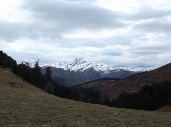 Le Pic du Midi avec les nuages qui s'accrochent à l'observatoire.