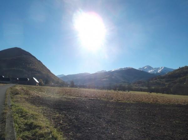 Dans la vallée de Campan, le Pic du Midi est à droite.