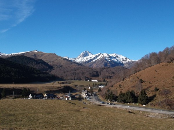 Payolle dominée par le Pic du Midi.