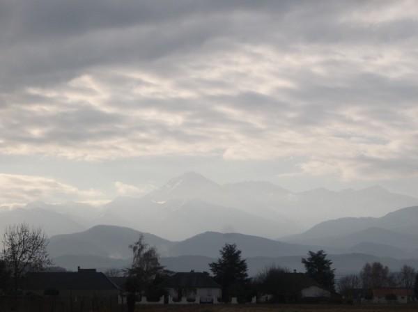Avec le zoom, on voit le Pic du Midi sous le soleil.