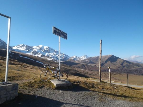 Au sommet sous un ciel sans nuage, le Pic du Midi en arrière plan.