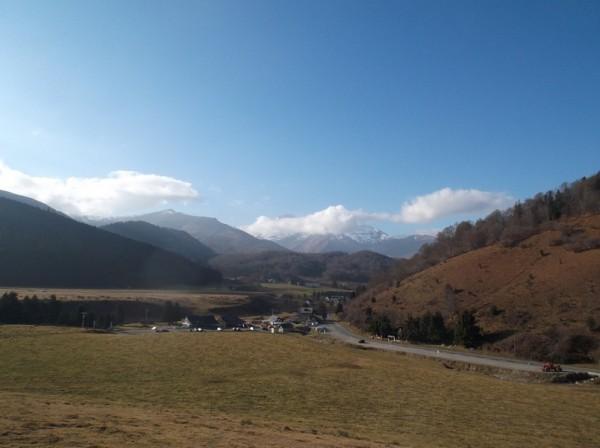 Sur les premiers lacets en direction du col d'Aspin. Payolle dominée par le Pic du Midi.