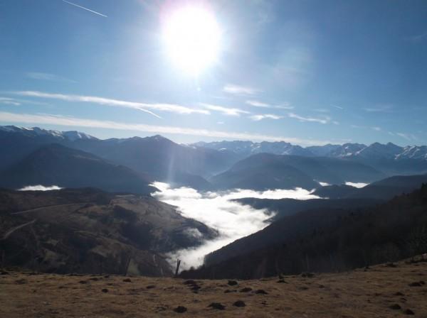 Vue sur le versant Arreau que je vais descendre puis remonter. Superbe avec cette brume dans la vallée ! Le Pic d'Aneto est plein centre au fond.