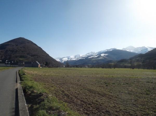 En continuant de remonter la vallée de Campan, le Pic du Midi veille à droite.