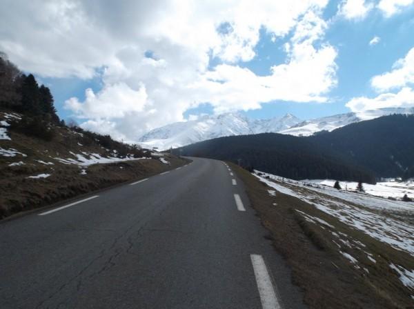 Superbe vue sur les sommets entre neige et nuages, en quittant Payolle.