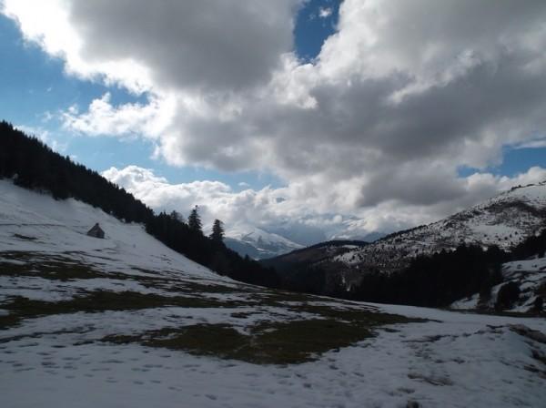 Vue sur le Pic du Midi depuis le sommet. L'observatoire est visible entre les nuages.