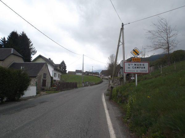 La côte à 9% qui permet d'arriver au pied des cols d'Aspin et du Tourmalet, la forge dans laquelle Eugène Christophe a réparé sa fourche en 1913 est à gauche.