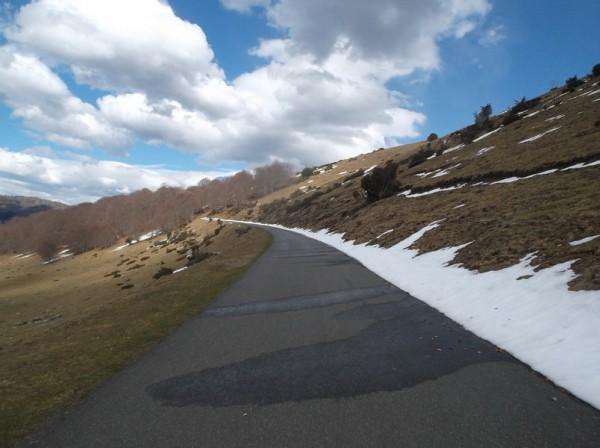 Selon les versants, il y a plus ou moins de neige sur les bords.