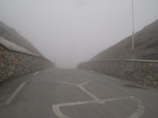 Brouillard au sommet du col.