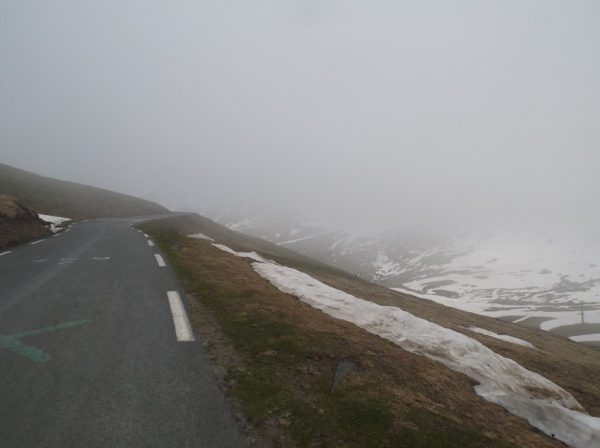 Après 1 km de descente, je sors du brouillard.