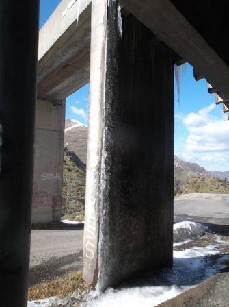 Rideau de glace sur le pilier du paravalanche.