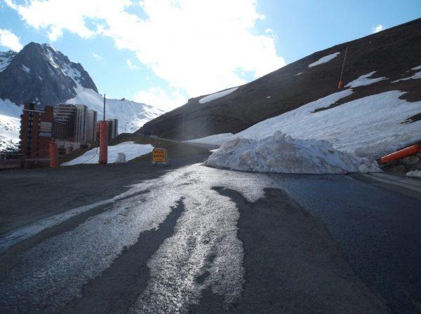Le monticule de neige qui est censé interdire l'accès aux voitures.