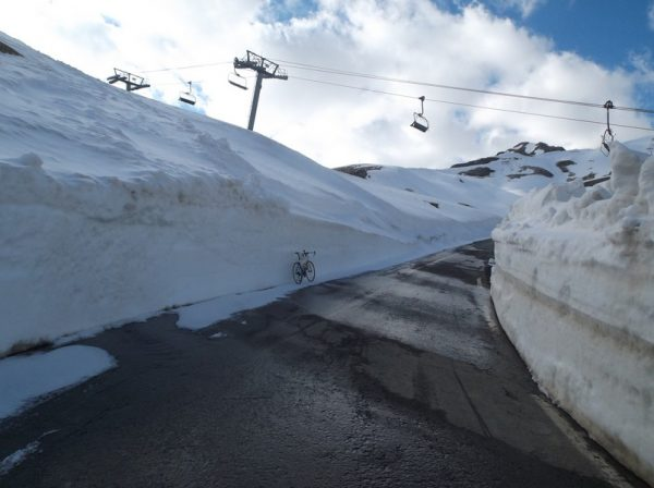 Dans le dernier virage à 400m du sommet, mon vélo au milieu des murs de neige.