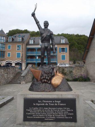 La statue rendant hommage à Eugène Christophe.
