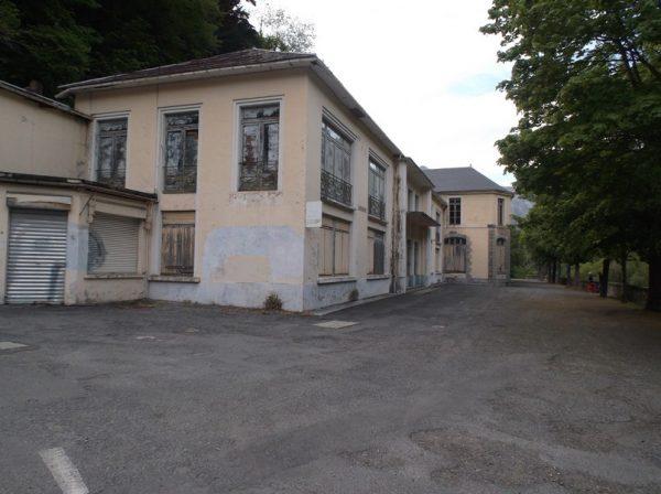 L'ancien bâtiment des thermes de La Raillère abandonné, les nouveaux bâtiments sont quelques mètres plus loin.
