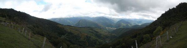 En panoramique. L'Aneto est dans les nuages.