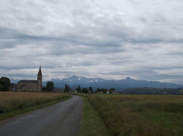 Ciel menaçant mais température douce et montagnes visibles.
