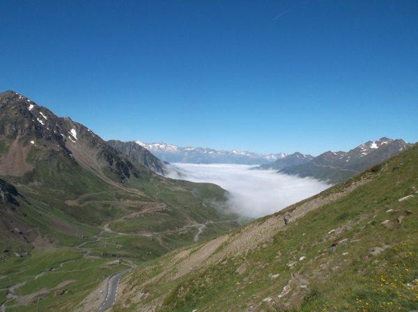 Et mer de nuages sur le côté que je vais descendre vers Luz Saint Sauveur.