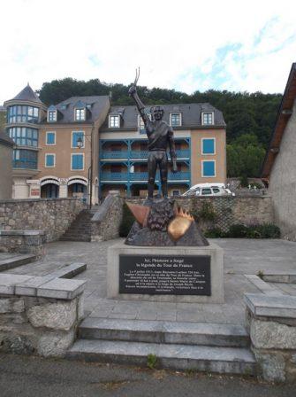 La statue d'Eugène Christophe à Sainte Marie de Campan.