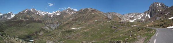 En panoramique, le Pic à gauche, le sommet du col à droite.