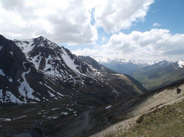 Vue depuis le sommet sur le versant Luz Saint Sauveur que je viens de grimper.