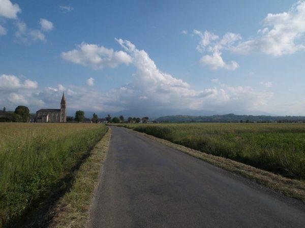 Regard vers les montagnes qui sont dans les nuages à 4,5 km de la fin