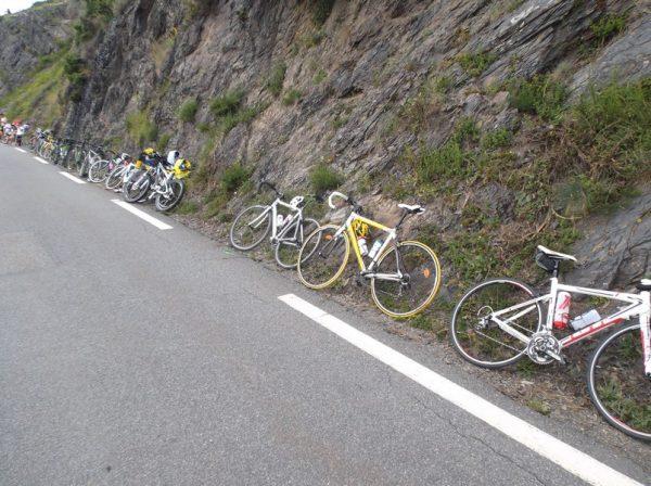 Les vélos sont en place pour regarder passer les coureurs !