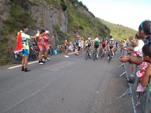 3e gruppetto avec Cavendish le maillot vert en première ligne.