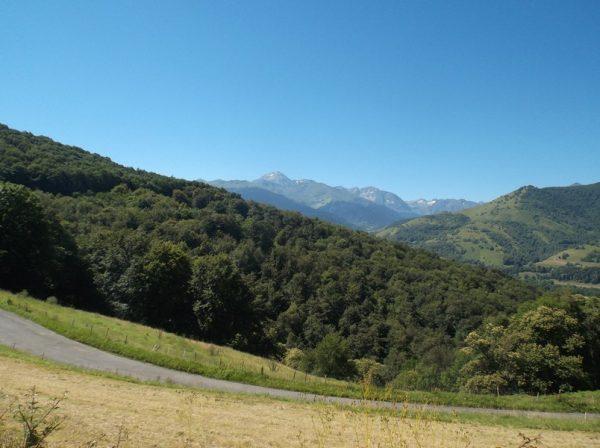 Dans la descente, vue sur le Pic du Midi.