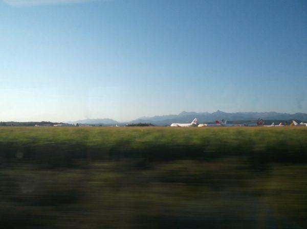 Depuis le train, en longeant l'usine de démantèlement à l'aéroport avec le dernier Boeing 747 d'Air France qui prend la pose devant les Pyrénées !