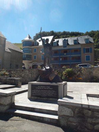 A Sainte Marie de Campan, au pied du col du Tourmalet, pensées pour Eugène Christophe.