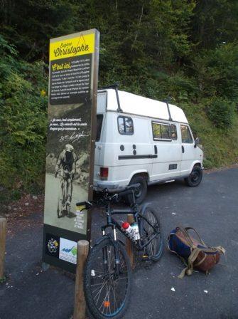 Petite pause à 7 km du sommet pour soulager le dos.