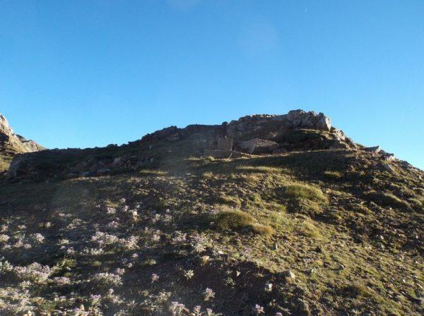 Le col de Sencours avec les ruines de l'ancien refuge.