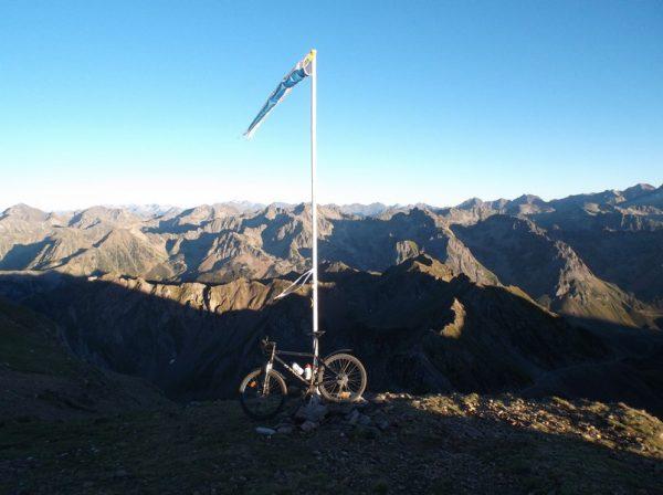 Le vélo est prêt pour passer la nuit à 2700m d'altitude...