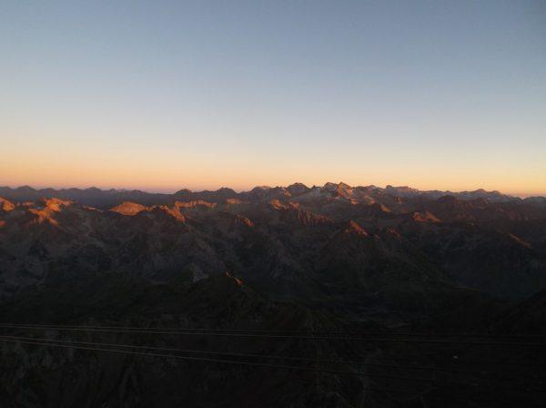 Couleurs de soleil couchant sur les sommets pyrénéens.