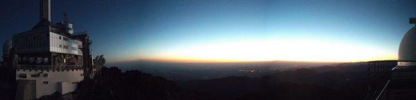 Premières lueurs du lever du soleil sur la plaine. Il ne fait pas chaud.