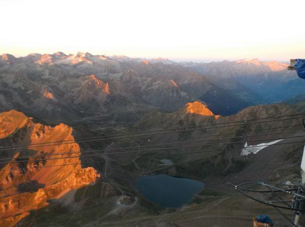 Le col de Sencours et le lac d'Oncet aux lueurs du matin.