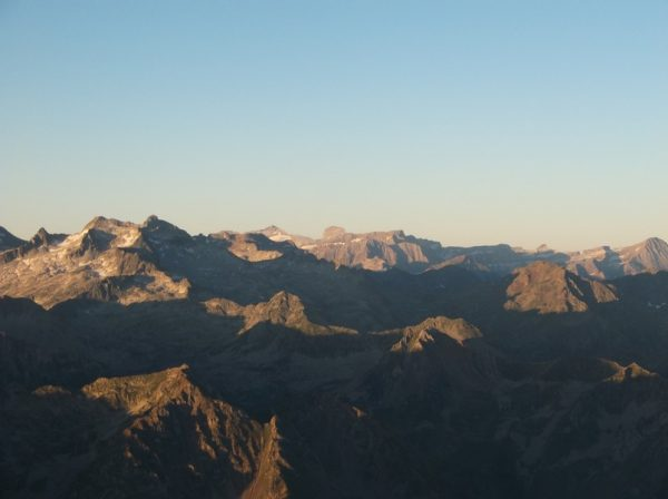 Zoom sur le Mont Perdu, le cylindre du Marboré juste à droite et encore plus à droite, le cirque de Gavarnie avec la Brèche de Roland.