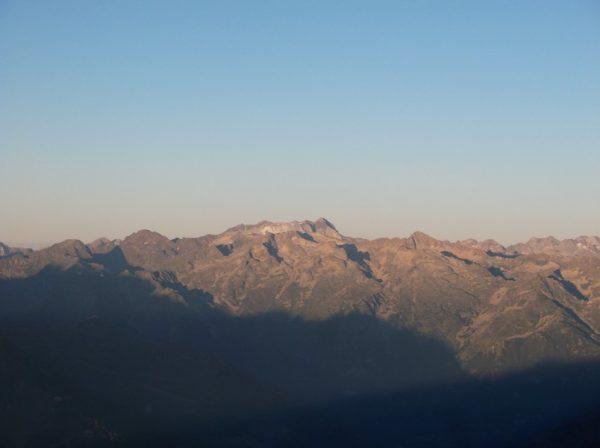 Zoom sur le massif du Vignemale (la pointe qui dépasse au centre)