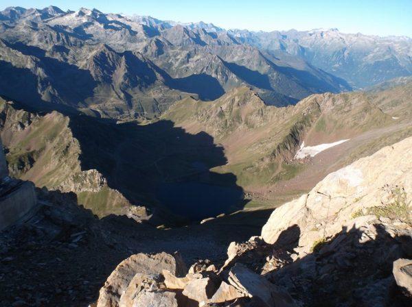 Le lac d'Oncet avec le col de Sencours 500m plus bas.
