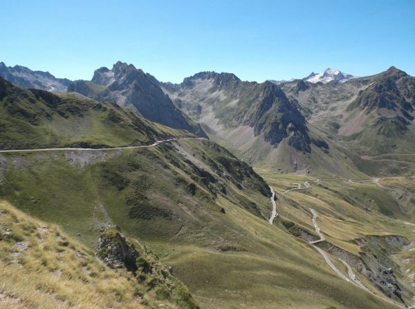 Vue sur la route du Tourmalet. Bientôt le sommet du col.