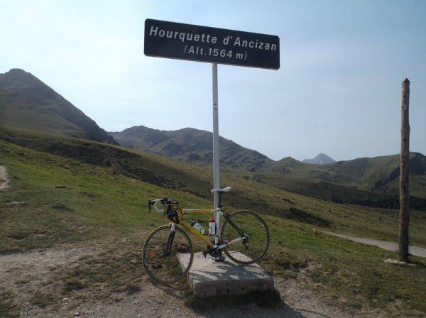 Au sommet de la Hourquette d'Ancizan. Le Pic du Midi est en arrière plan.
