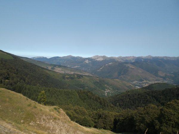 Vue sur le côté vallée d'Aure avec une partie de l'ascension du col d'Aspin versant Arreau.