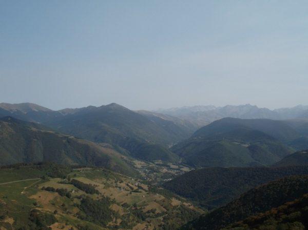 Le Pic d'Aneto est très pâle, plein centre tout au fond.