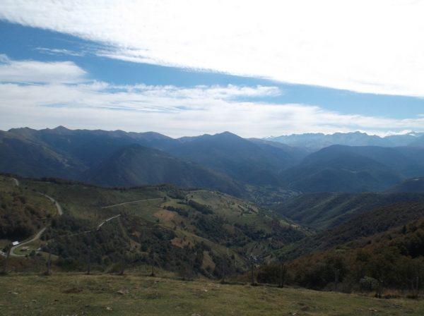 Vue sur le versant Arreau que je vais descendre. Le Pic d'Aneto est au fond au centre.