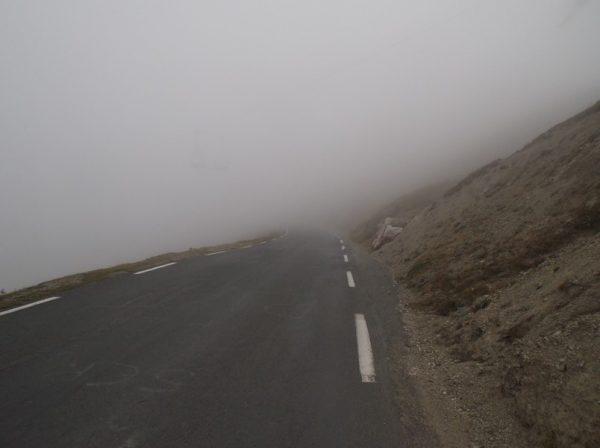 A peine 200m de descente et j'entre dans le brouillard qui va encore s'épaissir.