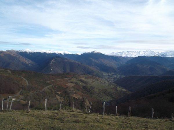 Vue sur la vallée d'Aure. Le Pic d'Aneto est superbe avec ces couleurs, plein centre au fond.