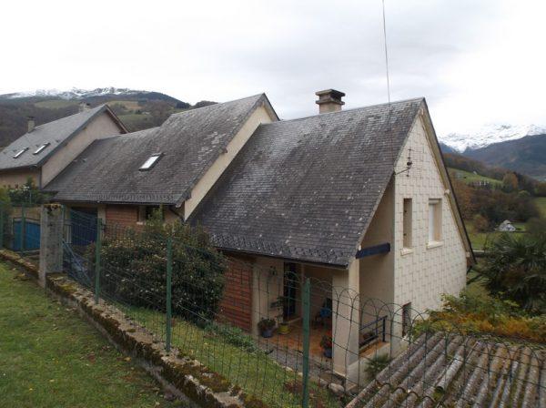 La maison de mon enfance, avec le Montaigu au fond, sur lequel donnait la fenêtre de ma chambre.