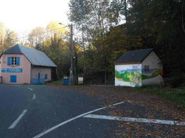 A Sainte Marie de Cmpan, le panneau annonçant l'ouverture des cols est en nettoyage, il ne reste que Laurent Fignon sur la fresque.