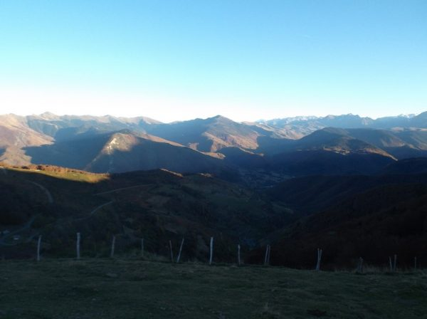 Vue sur la vallée d'Aure avec le Pic d'Aneto plein centre au soleil.